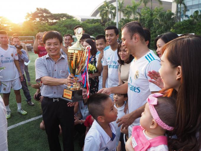 Ông Hồ Minh Chiến Trưởng Ban tổ chức giải trao cup vô địch khu vực Hà Nội cho đội Đài Truyền hình Việt Nam.