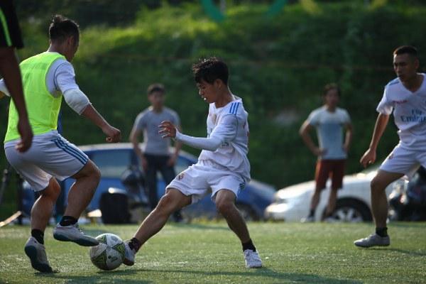 Cầu thủ Nguyễn Thượng báo Pháp luật Việt Nam (áo trắng, giữa) trong 1 pha đi đi bóng.(Ảnh: BTC)