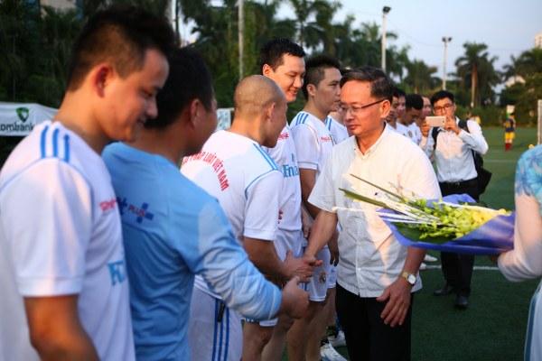 Ông Nguyễn Thái Thiên - Phó Cục trưởng Cục Báo chí tặng hoa chúc mừng hai đội.(Ảnh: BTC)