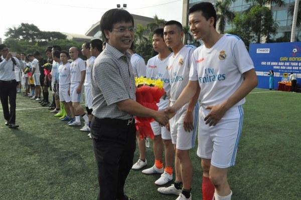 Ông Hồ Minh Chiến - Trưởng BTC giải chúc mừng 2 đội. (Ảnh: BTC)