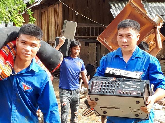 Ngoài tiếp tế, thanh niên tình nguyện giúp người dân sơ tán khỏi vùng nguy hiểm cảnh báo còn có lũ về.