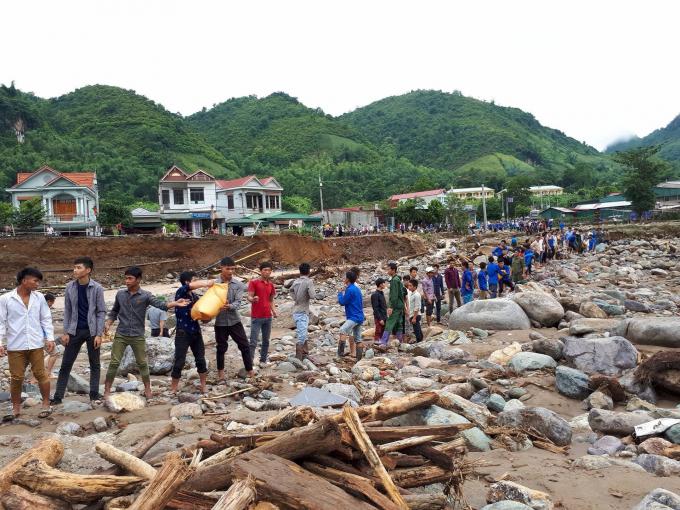 Thanh niên xếp hàng dài để vận chuyển gạo, nước vượt suốiẢnh Thanh Trang.
