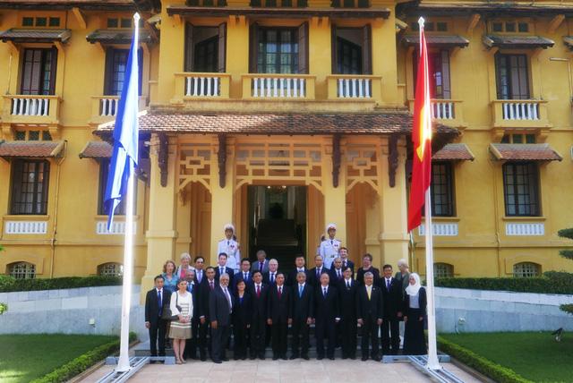 Lãnh đạo Bộ Ngoại giao và các Đại sứ, Đại biện và đại diện Đại sứ quán các nước ASEAN chụp ảnh lưu niệm sau lễ thượng cờ.