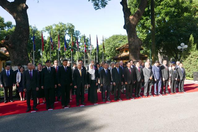 Lễ thượng cờ ASEAN có sự tham dự của lãnh đạo Bộ Ngoại giao, lãnh đạo một số Ban, Bộ, Ngành, UBND TP Hà Nội, cùng các Đại sứ, Đại biện và đại diện Đại sứ quán các nước ASEAN và các Đối tác của ASEAN tại Hà Nội.
