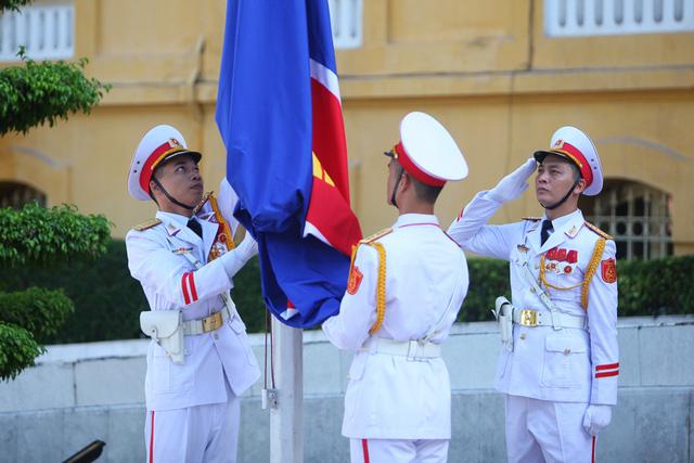 Cờ Hiệp hội các quốc gia Đông Nam Á ASEAN được các thành viên đội danh dự gắn trang trọng lên cột cờ.