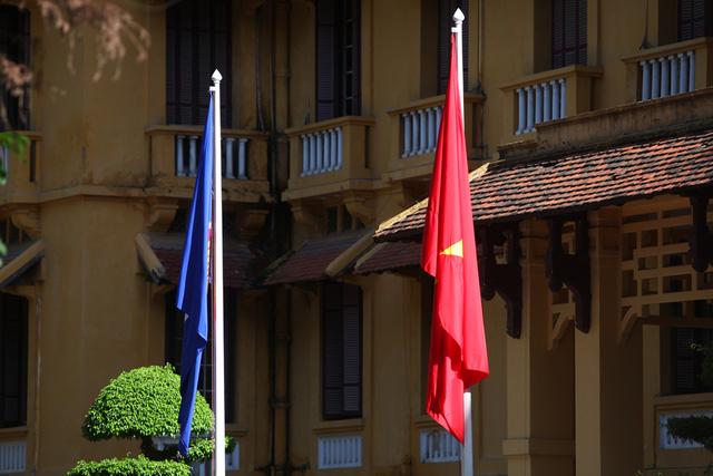 Cờ Hiệp hội các quốc gia Đông Nam Á ASEAN bên cạnh Quốc kỳ Việt Nam. ASEAN hình thành dựa trên Tuyên bố Băng Cốc năm 1967, với hai mục tiêu cơ bản: Phấn đấu để ASEAN trở thành tổ chức quy tụ tất cả các nước Đông Nam Á; Phấn đấu để Đông Nam Á trở thành một khu vực hoà bình, tự do và thịnh vượng.