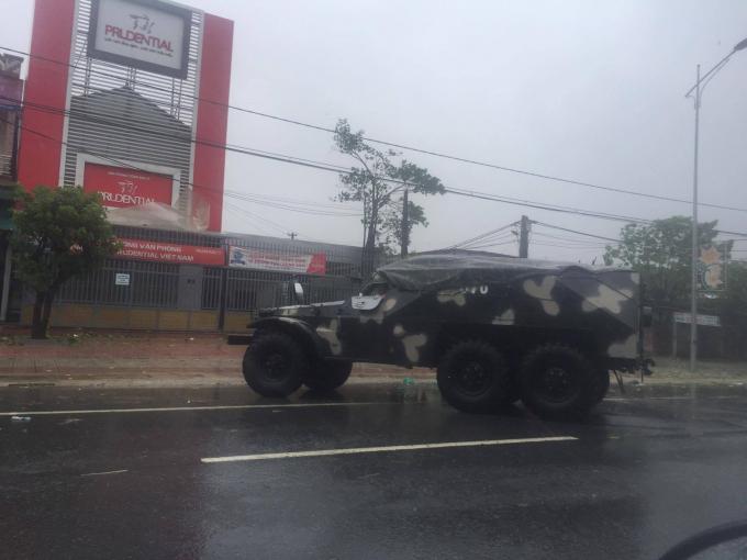 Quốc lộ 1A đoạn qua Thị xã Kỳ Anh, Hà Tĩnh đã bị phong tỏa.
