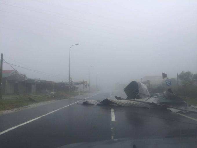 Gió giật mạnh giữ dội, nhiều mái nhà hai bên Quốc lộ 1A đoạn qua Kỳ Anh, Hà Tĩnh đã bị tốc mái, bay xuống đường.