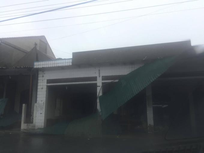 Gió quật mạnh, nhiều mái nhà đã bị quật đổ.
