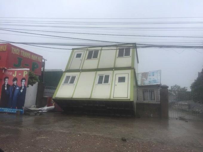 Một khối nhà container bị xô nghiêng.