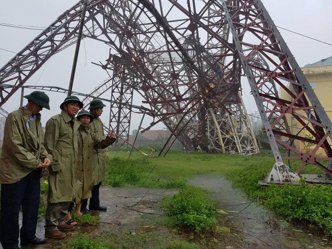 Tháp truyền hình đổ sập, viễn thông, điện lưới 'tê liệt' trong tâm bão số 10
