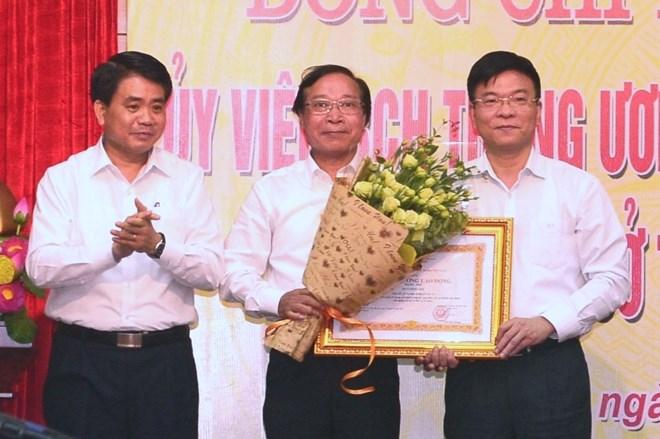 Cũng trong buổi làm việc, Bộ trưởng Tư pháp Lê Thành Long đã trao tặng Huân chương Lao động hạng II cho đồng chí Phan Hồng Sơn, nguyên Giám đốc Sở Tư pháp Hà Nội./.