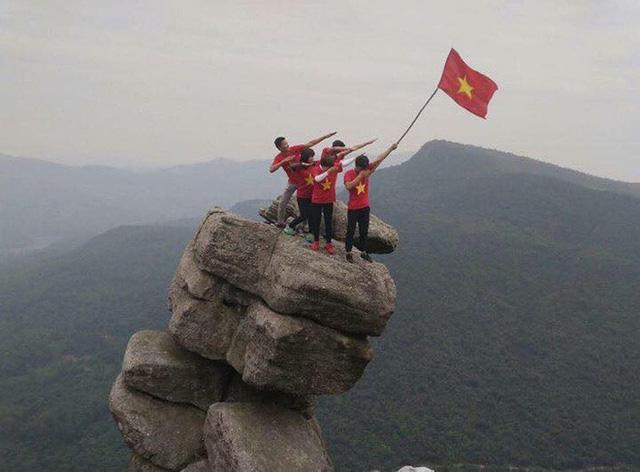 Móm đá Chồng là địa điểm yêu thích của nhiều nhóm bạn trẻ yêu du lịch, khám phá. Ảnh: FB.