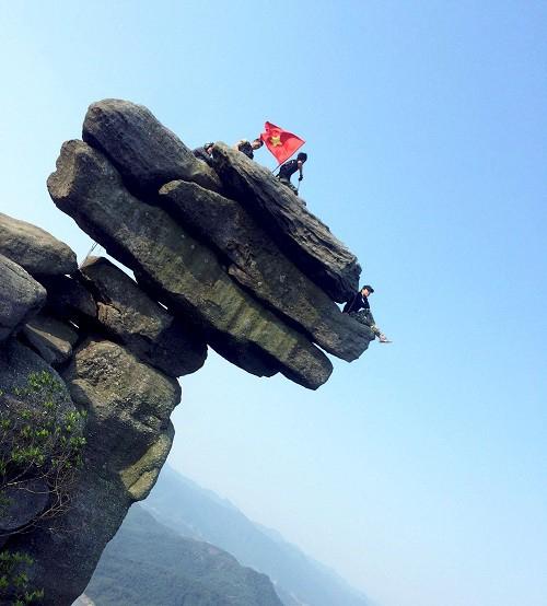 Mỏm đá Chồng - điểm check-in lý tưởng của nhiều nhóm bạn trẻ. Ảnh: Đài Phát thanh Truyền hình Quảng Ninh