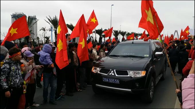 Xe dẫn đoàn chở đội tuyển U23 Việt Nam.