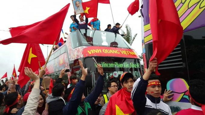 Flycam: Xe buýt chở đội U23 Việt Nam giữa biển người chào đón chiến thắng