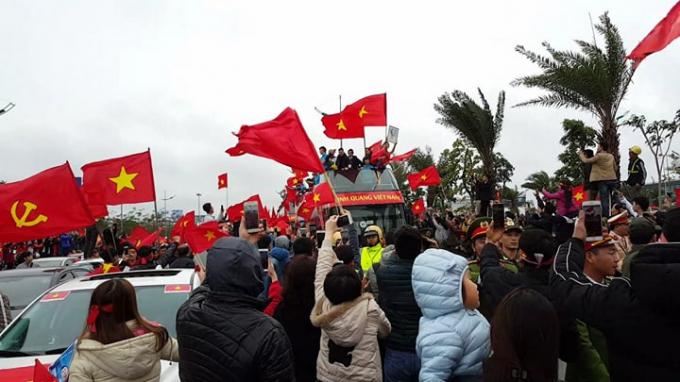 Đoàn xe được chào đón trên đường Võ Chí Công.