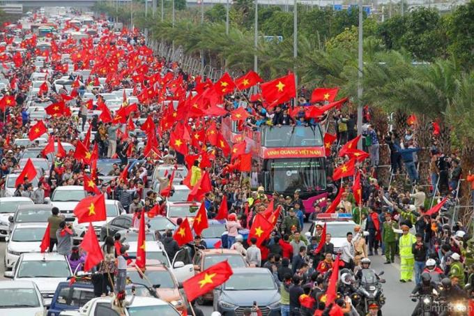 Đoàn tuyển thủ U23 Việt Nam rời sân bay Nội Bài, diễu hành chào người hâm mộ trên đường Võ Nguyên Giáp.(Ảnh: Facebook Long Hoang)