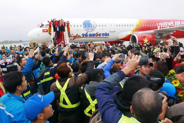 Các tuyển thủ U23 Việt Nam lần lượt bước ra khỏi Chuyên cơ trong sự chào đón nồng nhiệt của người hâm mộ. ( Ảnh Quý Đoàn )