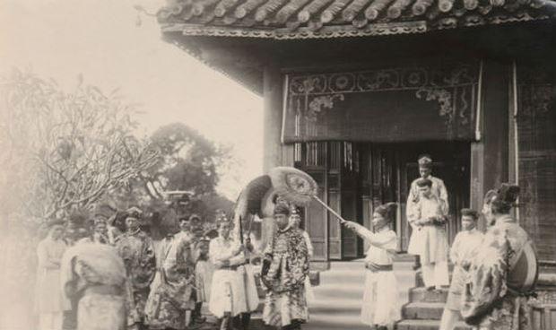 Huế 1926, Lễ đăng quang của Bảo Đại. Nhà vua viếng Thế miếu.