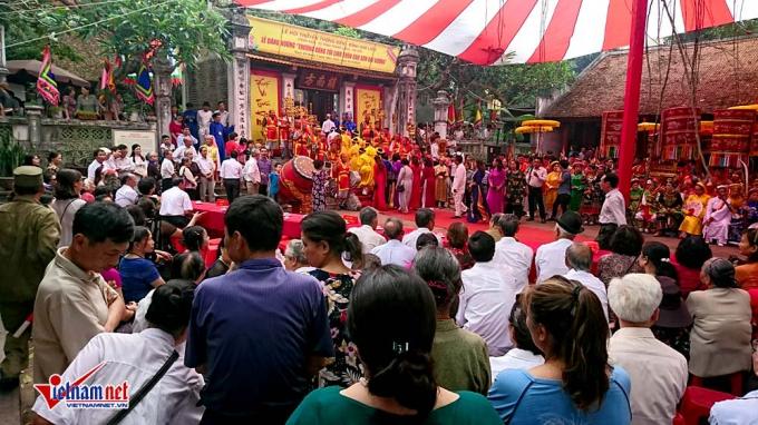 Ngay từ sáng sớm, rất đông người dân đã có mặt tại đình để theo dõi các nghi lễ
