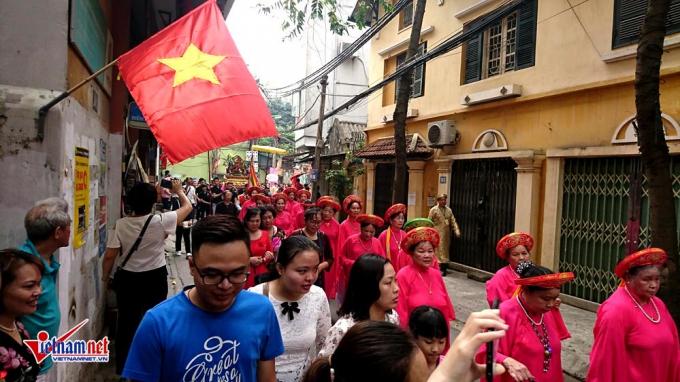 Hà Nội: Trẩy hội trên con đường 'đắt nhất hành tinh'