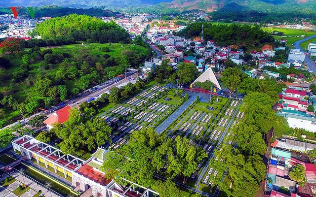 Nghĩa trang Liệt sỹ A1 có 644 ngôi mộ, là một địa điểm không thể bỏ qua của bất cứ du khách nào khi đến Điện Biên. Nơi đây như một nhân chứng lịch sử nhắc nhở thế hệ trẻ luôn noi gương và ghi nhớ công ơn các Anh hùng liệt sỹ.