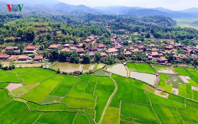Tuy nhiên các bản làng lân cận đã khoác lên mình diện mạo của nông thôn mới khang trang, trù phú.
