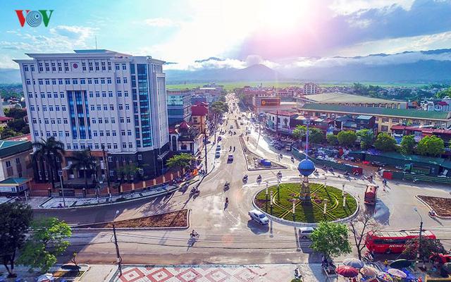 Sau 64 năm chiến thắng, Chiến trường Điện Biên Phủ khốc liệt ngày nào giờ đây đã hóa mình thành đô thị trẻ năng động, vươn mình lên khang trang trên miền đất cực Tây Tổ quốc.