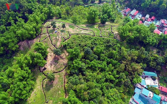 """Trung tâm đề kháng Him Lam nằm ở phía Đông Bắc lòng chảo Mường Thanh, thuộc phân khu trung tâm của tập đoàn cứ điểm Điện Biên Phủ và được mệnh danh là """"Cánh cửa sắt"""" của tập đoàn cứ điểm."""