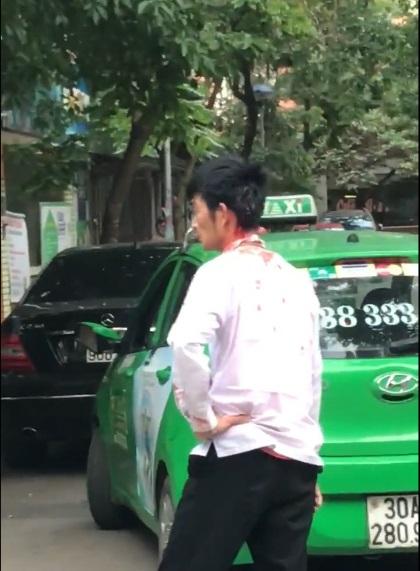 Lái xe taxi Mai Linh bị đánh chảy máu đầu. (Ảnh cắt từ clip)