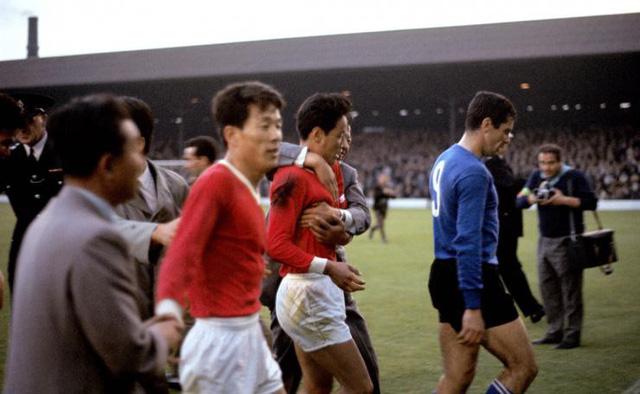 """Trước Hàn Quốc, CHDCND Triều Tiên từng tạo nên cú sốc lớn ở World Cup 1966. Họ đã tạo nên địa chấn khi đánh bại Italia để giành quyền vượt qua vòng bảng. Trong trận đấu ở vòng tứ kết, CHDCND Triều Tiên suýt tạo nên địa chấn khi dẫn trước Bồ Đào Nha của Eusebio tới 3-0. Tuy nhiên, sự xuất sắc của """"Báo đen"""" Eusebio đã giúp Bồ Đào Nha lội ngược dòng giành chiến thắng với tỷ số 5-3."""