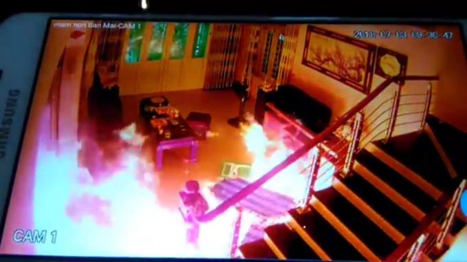 Sau khi gây án, người đàn ông đã phóng hỏa đốt nhà làm nhiều đồ vật bị hư hỏng.