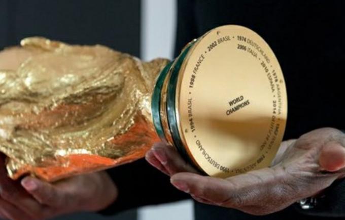 Chiếc cúp FIFA World Cup được làm bằng vàng 18 carat và không đội nào được giữ vĩnh viễn phiên bản này cả. Thay vào đó, sau trận chung kết, mỗi đội chỉ được giữ chiếc cúp thật trong vài phút và sau đó, ban tổ chức sẽ lấy lại trong phòng thay đồ sau trận và đem bảo quản tại bảo tàng bóng đá của FIFA ở Thuỵ