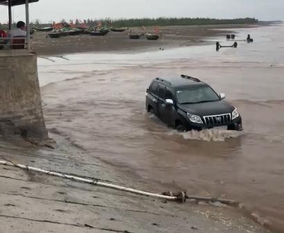 Nam thanh niên điều khiển xe lội cả xuống biển.