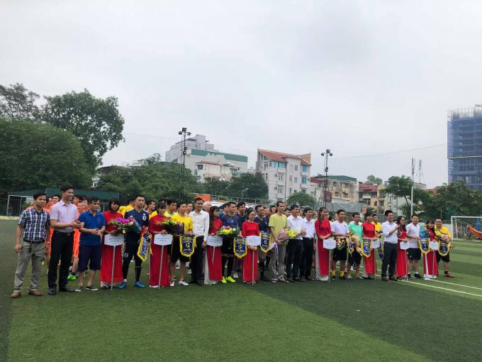 Các đội bóng tham dự chụp ảnh lưu niệm cùng BTC.