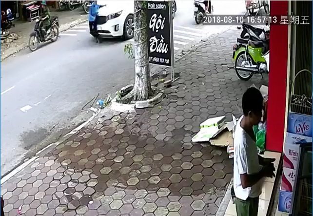 Thời điểm xe ôtô tông trúng vào cụ bà. (Ảnh cắt từ Clip)