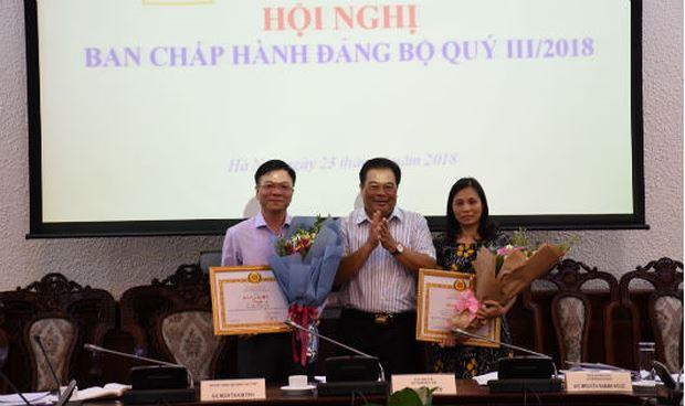 Bộ trưởng Lê Thành Long nhận bằng khen của Đảng ủy Khối các cơ quan Trung ương.