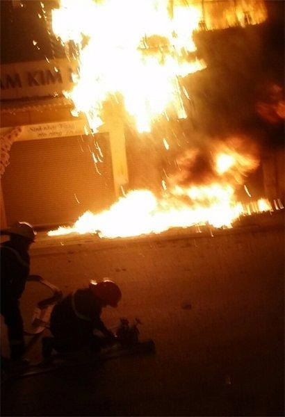 Theo người dân chứng kiến, họ nghe tiếng nổ từ đám cháy trong ngôi nhà.