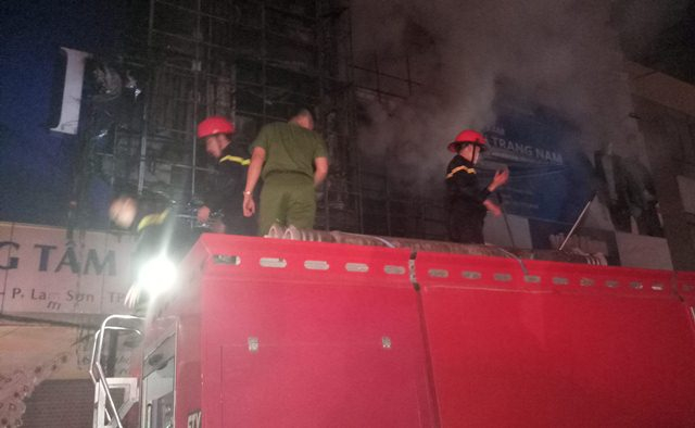 Sau hơn 1 giờ đồng hồ, đám cháy cơ bản được khống chế.