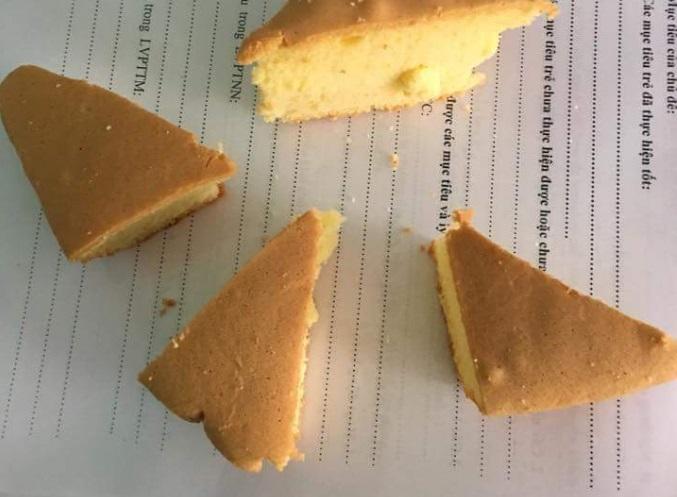 Mỗi cháu được 1 phần bánh mỳ hình tam giác rất nhỏ.