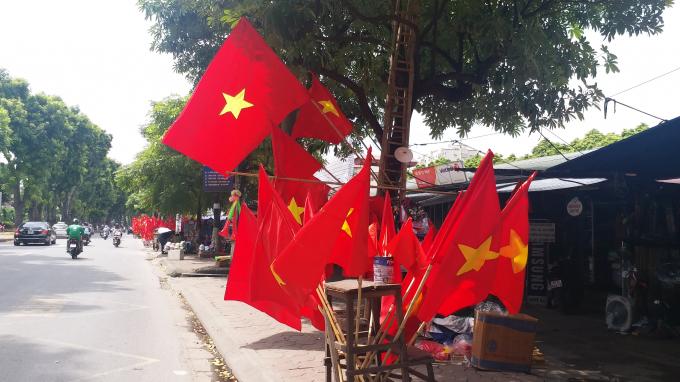 Đường phố rộn ràng bởi sắc đỏ màu cờ.