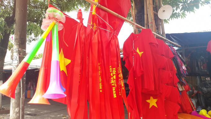 Băng rôn, áo và kèn cổ vũ được bày bán khắp nơi.
