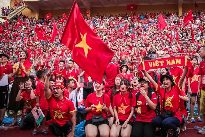 Rât đông CĐV nữ có mặt tạisân vận động Hàng Đẫy theo dõi đội tuyểnOlympic Việt Nam qua màn hình.