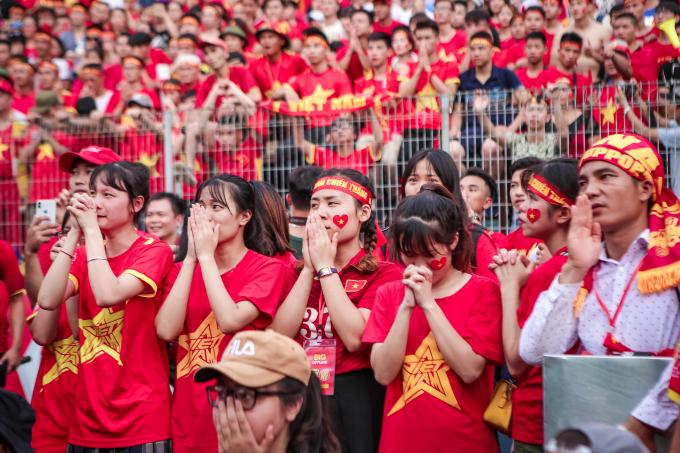 Gương mặt buồn bã của CĐV khiOlympic Việt Namsớm bị thủng lưới.