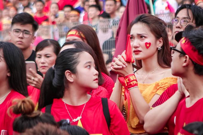 Hoa hậu Hoàn vũ 2015 Nguyễn Ngọc Nữ (áo vàng) cũng có mặt.