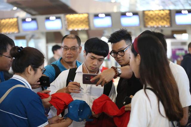 Người hâm mộ tranh thủ chụp ảnh cùng Công Phượng ở sân bay