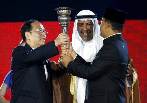 Đuốc Asiad được trao cho đại diện của Trung Quốc, nước chủ nhà của Asiad 2022