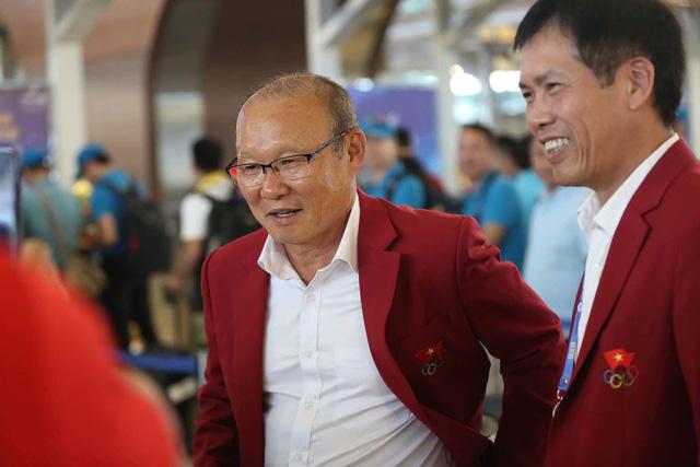 HLV Park Hang Seo bên cạnh trưởng đoàn thể thao Việt Nam, Trần Đức Phấn