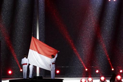 Cử hành quốc kỳ Indonesia ở buỗi đầu củalễ bế mạc